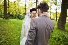 在日落的美好的新娘夫妇在威尼斯街道上 免版税图库摄影