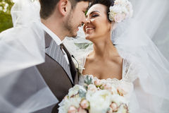 在日落的美好的新娘夫妇在威尼斯街道上 免版税库存照片