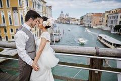 在日落的美好的新娘夫妇在威尼斯街道上 库存照片
