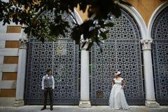 在日落的美好的新娘夫妇在威尼斯街道上 免版税库存图片