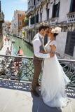 在日落的美好的新娘夫妇在威尼斯街道上 库存图片