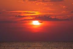 在日落的美好的明亮的太阳红色 库存照片