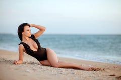 在日落的美好的比基尼泳装模型 免版税库存照片