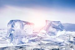 在日落的美好的蓝色冰柱 免版税图库摄影
