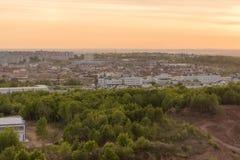 在日落的美好的都市风景,在看法上 免版税库存照片