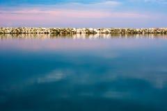 在日落的美好的长的曝光风景在风平浪静 免版税库存照片