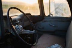 在日落的老卡车内部 免版税库存图片
