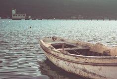 在日落的老小船 库存照片