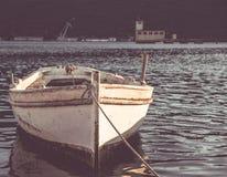 在日落的老小船 免版税库存图片