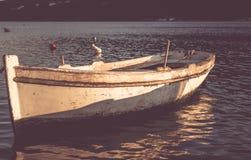 在日落的老小船 库存图片