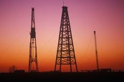 在日落的老抽油装置在罗素, KS 库存照片