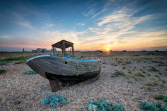 在日落的老木小船 库存图片