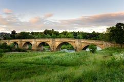 在日落的老桥梁 免版税库存照片