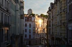在日落的老欧洲狭窄的街道 库存图片