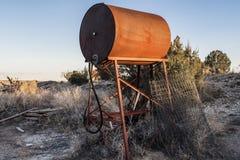 在日落的老生锈的坦克 免版税图库摄影