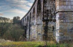 在日落的老铁路高架桥 免版税图库摄影