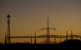 在日落的能源厂剪影 免版税库存照片