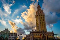 在日落的自由塔在街市迈阿密,佛罗里达 图库摄影