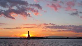 在日落的自由女神像,纽约 库存图片