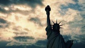 在日落的自由女神像黑暗 影视素材