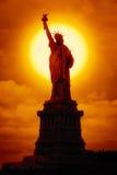 在日落的自由雕象 库存照片