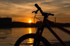 在日落的自行车剪影 夏天横向 免版税库存图片