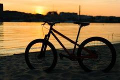 在日落的自行车剪影 夏天横向 库存照片