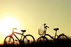 在日落的自行车 免版税库存照片