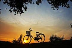 在日落的自行车 库存图片