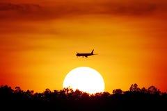 在日落的航空器 免版税库存照片