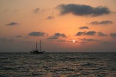 在日落的船 免版税库存照片