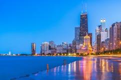 在日落的芝加哥在wat的地平线与多云天空和反射 免版税库存图片