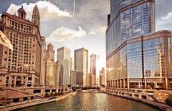 在日落的芝加哥地平线 库存图片