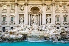 在日落的芳塔娜di Trevi Trevi喷泉以温暖和冷的颜色一个好的对比  图库摄影