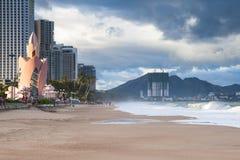在日落的芽庄市海滩,越南 库存照片