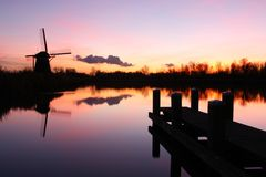 在日落的荷兰语风车 免版税图库摄影