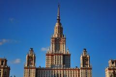 在日落的莫斯科国立大学 免版税库存照片