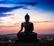 在日落的菩萨雕象在Phrabuddhachay寺庙Saraburi 免版税库存图片