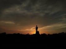 在日落的菩萨雕象 免版税库存照片