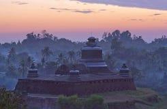 在日落的著名古老Htukkanthein stupa在Mrauk U, Rakhine 免版税库存图片