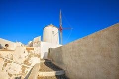在日落的著名圣托里尼风车 库存照片