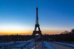 在日落的著名埃佛尔铁塔在冬天,巴黎 免版税库存照片