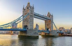 在日落的著名塔桥梁,伦敦,英国 库存照片