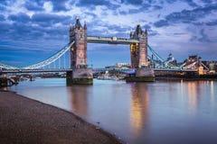 在日落的著名塔桥梁,伦敦 库存图片