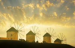 在日落的著名米科诺斯岛风车 免版税库存图片