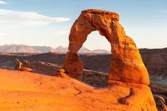在日落的著名精美曲拱,犹他,美国 库存图片