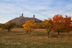在日落的著名Hazmburk城堡 中央漂泊山地,捷克语 库存照片