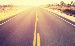 在日落的葡萄酒样式不尽的美国国家高速公路 免版税库存图片