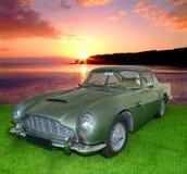 在日落的葡萄酒汽车 图库摄影