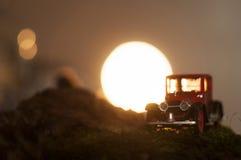 在日落的葡萄酒红色汽车 免版税库存图片